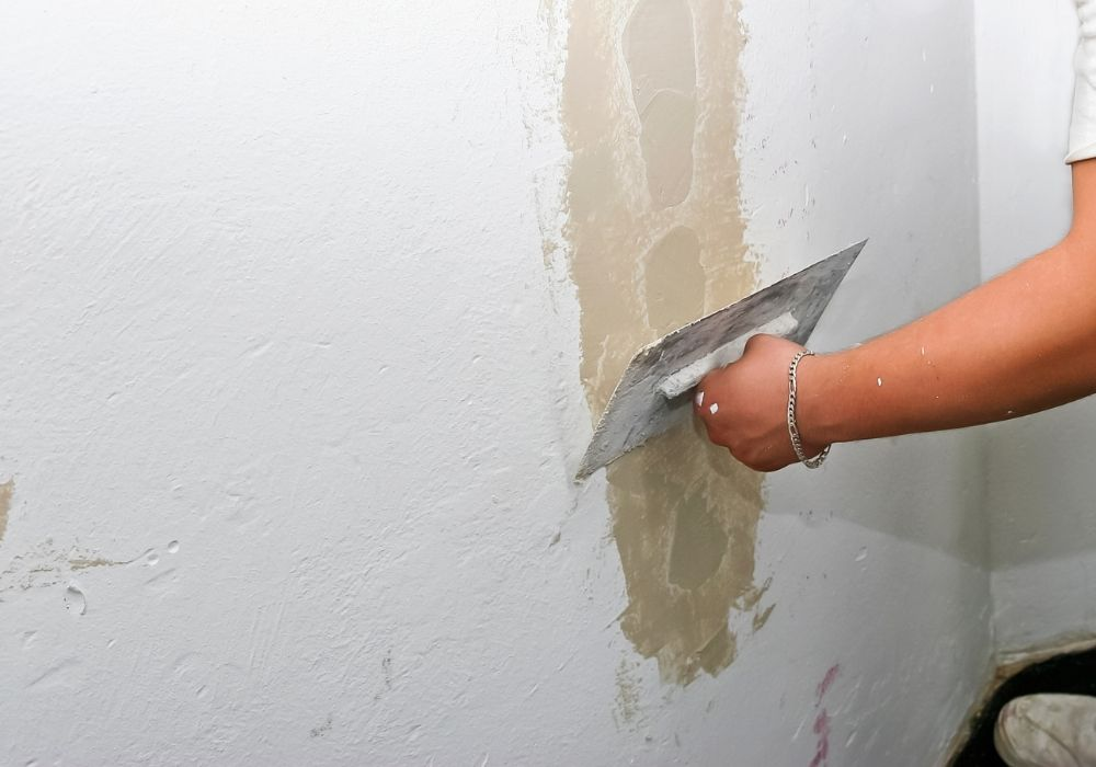 Commercial-Painter- cracked wall plaster and repair